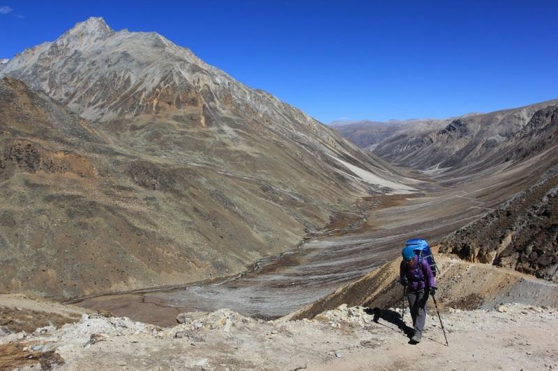Climbing up to Nyula La (5000m). Tibetean plateau in the background.